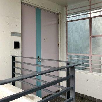 ファンシーな玄関扉。フロアに2部屋です。