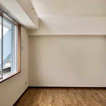 そして、2階の洋室です。まずはロフト付きの広いお部屋から。