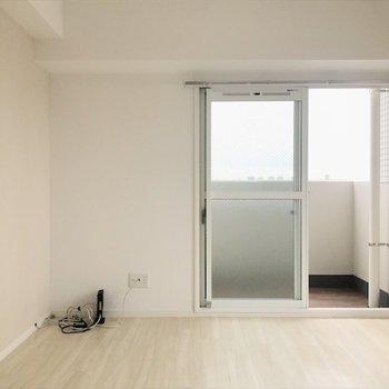 白いやさしい雰囲気のお部屋。(※写真と文章は9階の同間取り別部屋のものです)