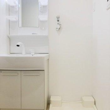 洗面台と洗濯パンはお隣に。(※写真と文章は9階の同間取り別部屋のものです)