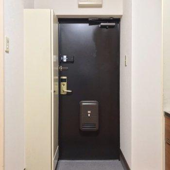 玄関は靴の着脱には問題ない広さ。