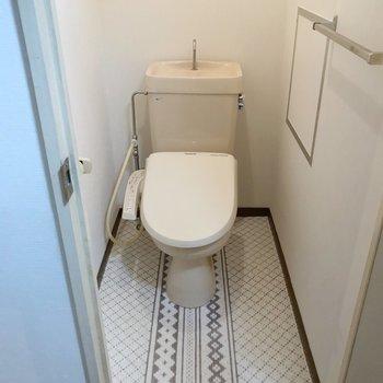トイレにも素敵な柄のフロアとクロス。ウォシュレットも◯