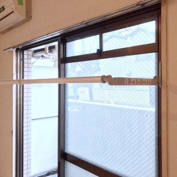 窓には室内物干しもついています。雨の日は重宝しそうです!
