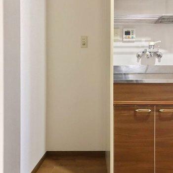 冷蔵庫置場はこちら。1人暮らし用のものなら入りそうですよ。(※写真は3階の同間取り別部屋のものです)