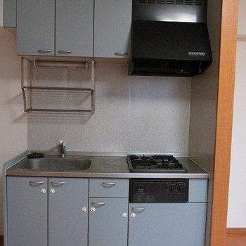 キッチンは水色が可愛らしいですね。(※写真は3階の同間取り別部屋のものです)