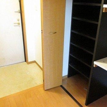 玄関は広くはありませんが、嬉しいシューズボックスつき!(※写真は3階の同間取り別部屋のものです)