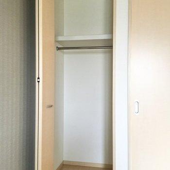 【洋室約5.5帖】幅80cmほどです。一人分の衣類ならスッキリ収納できそう。