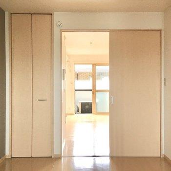 【洋室約5.5帖】こちらのお部屋にも収納があります。