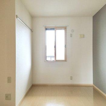 【洋室約5.5帖】北側のお部屋にもクロスがありますね。落ち着きのあるデザインを楽しめます。