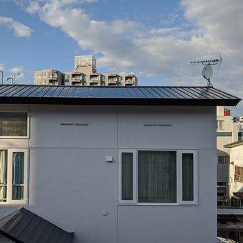 洋室からの景色。隣の建物の屋根と空が眺められます。