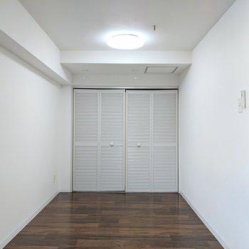 L字型洋室の奥にクローゼットがあります。