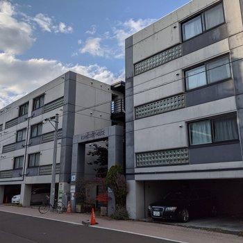 2ブロックに分かれている大きめの建物です。