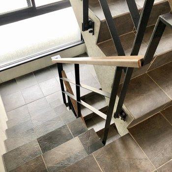 階段は一人分の広さです。