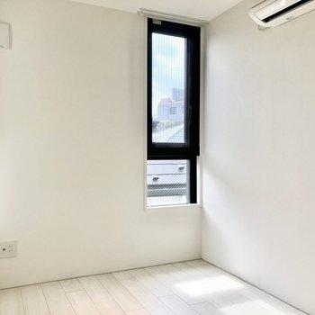 隣の洋室にはスリット窓が。