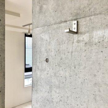 壁に便利なフック付きです。