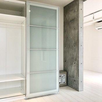 スライド扉で隠れている部分も含め、クローゼットは2台隣り合っています。