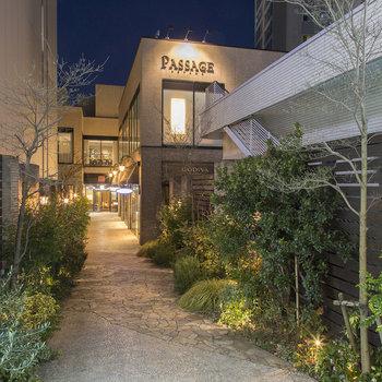 併設の施設には、個性豊かなショップやレストランが並びます。