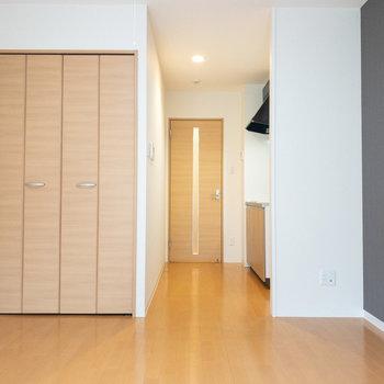 ワンルームですが、壁によってキッチンと空間が軽く区切られていていいですね◎