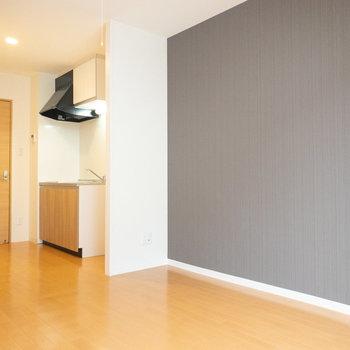 冷蔵庫はキッチンと壁の間に置けます。