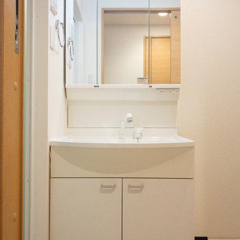幅広で余裕のある洗面台!
