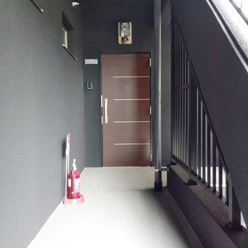 1フロアに3部屋。綺麗な共用廊下。