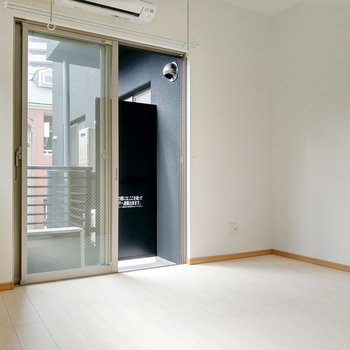 洋室は、4.4帖。室内物干しとエアコンついてます。