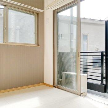 洋室も2面窓。グレーのアクセントクロスも素敵。
