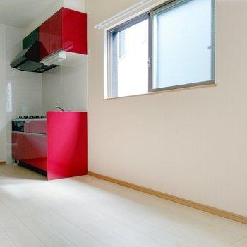 キッチン横に冷蔵庫を。壁付けでダイニングテーブルを置いてもいいかも。