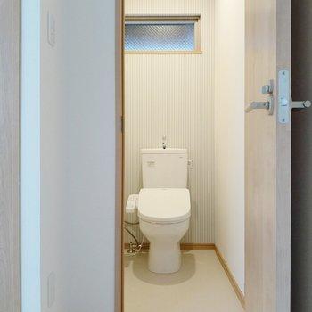 ストライプのクロスがかわいい。トイレはウォシュレット付き。
