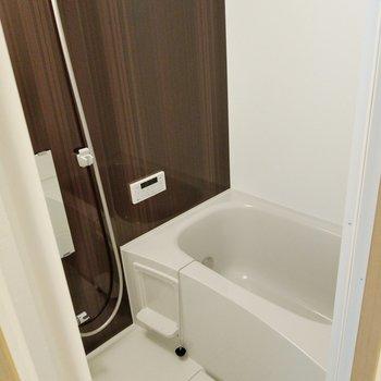 お風呂には、追い焚き付き◎換気窓もあります。