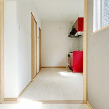 キッチン正面にサニタリーへの扉があります。