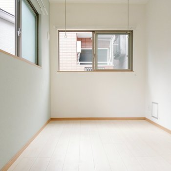 5帖の洋室は、2面窓。室内物干しもついてます。