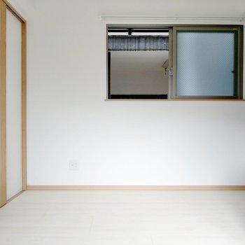 洋室横の扉が脱衣所。冷蔵庫は窓横に置くことになりそう。