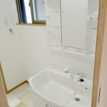 綺麗な独立洗面台は収納スペースもたっぷり。