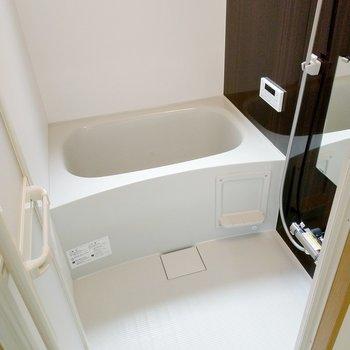 お風呂には、追い焚き付き◎換気窓もあって明るいです。