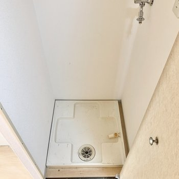 洗濯機置き場は扉で隠せるタイプ。(※写真は10階の同間取り別部屋のものです)