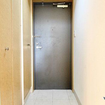 玄関は脱ぎ履きに問題ない広さ。(※写真は10階の同間取り別部屋のものです)