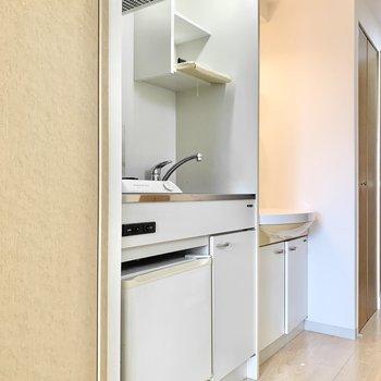 ミニ冷蔵庫付きのコンパクトキッチン。(※写真は10階の同間取り別部屋のものです)