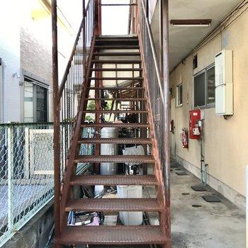 2階までは階段です