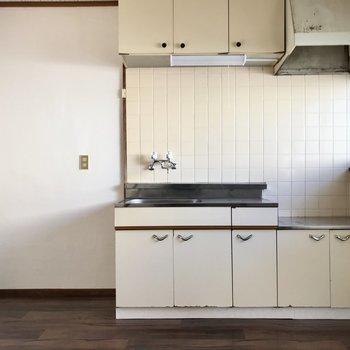 キッチン横には冷蔵庫やラックを◯
