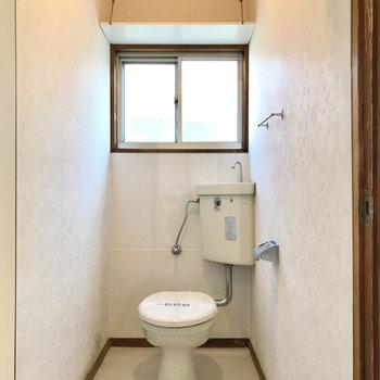 トイレは奥行きがありました。窓付き・そして手前と窓上に収納付き◯