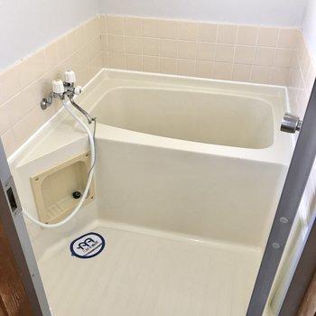お風呂も清潔感ありますね!換気扇はないですが窓はありますよ