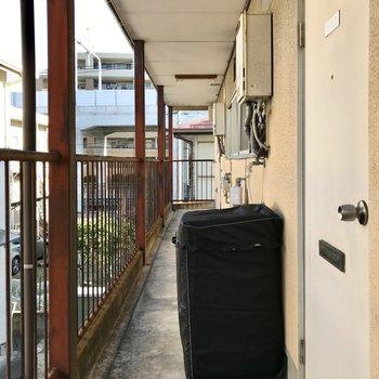 洗濯機は共用廊下に。カバーがあるとより安心ですね!