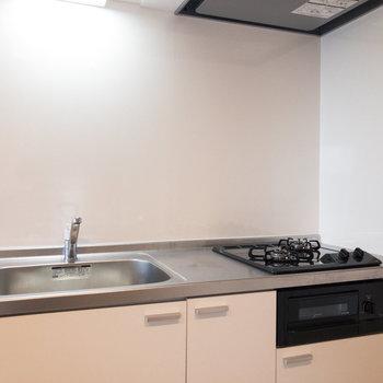 【LDK】キッチンは2口コンロです。調理スペースも確保されています。