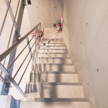 階段には手すりが付いているので安心して上り下りできます。