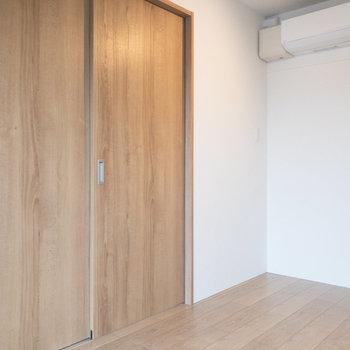 【洋室】扉の先にLDKがあります。