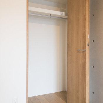 【洋室】ハンガーパイプ付きの収納。衣類などが掛けられます。