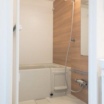 浴室。木目調のパネルがナチュラルな雰囲気を演出してくれます。