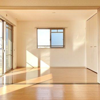 お隣は6.1帖の洋室、角部屋なので2面採光です。(※写真は3階の反転間取り別部屋のものです)