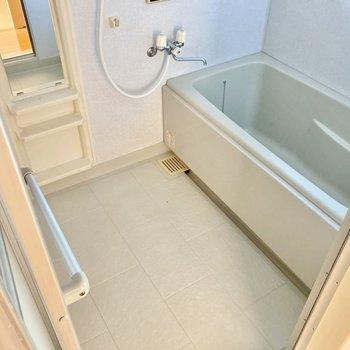 お風呂場はゆったりしています。(※写真は3階の反転間取り別部屋のものです)